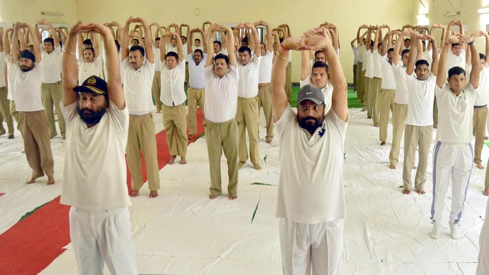 Border Security Force (BSF) personnel performing Urdhva Tadasana at Khasa in Amritsar. (Sameer Sehgal/HT)