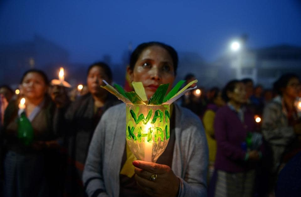 Indian Buddhist devotees hold candles as they take part in a vigil to pay respects to those killed in clashes with police during an indefinite strike in Darjeeling on June 19, 2017. Hundreds of protesters on June 18 paraded with coffins containing the bodies of two men they claimed were killed in clashes with Indian security forces in Darjeeling, as the hill resort reels from separatist unrest. / AFP PHOTO / DIPTENDU DUTTA (AFP)