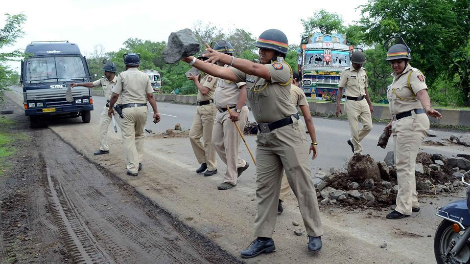 The violence was brought under control after nearly seven hours. The police formed teams to patrol the villages and clear the roads of rocks and vehicles that were blocking traffic. (Rishikesh Choudhary/HT PHOTO)