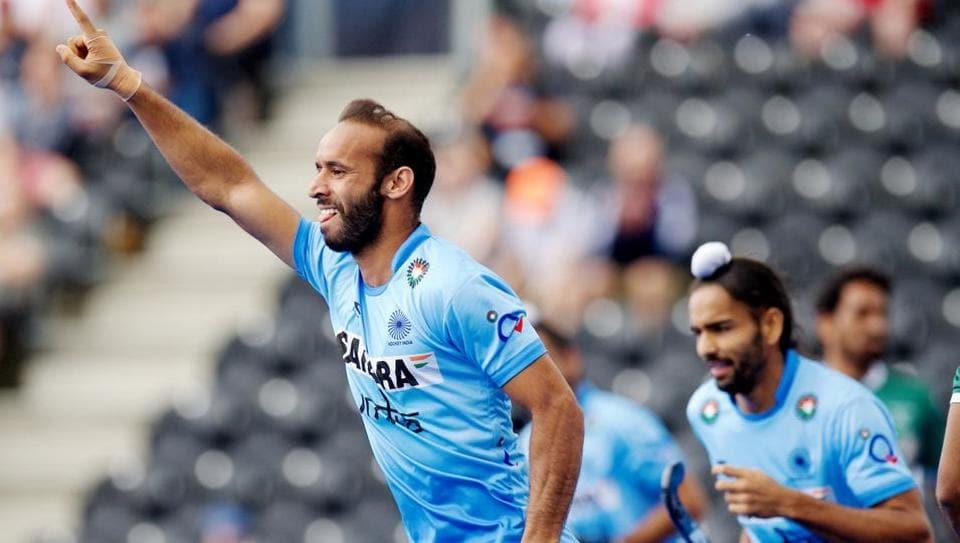 Ramandeep Singh (L) scored twice as India cruised to a comfortable 6-1 win over Pakistan.