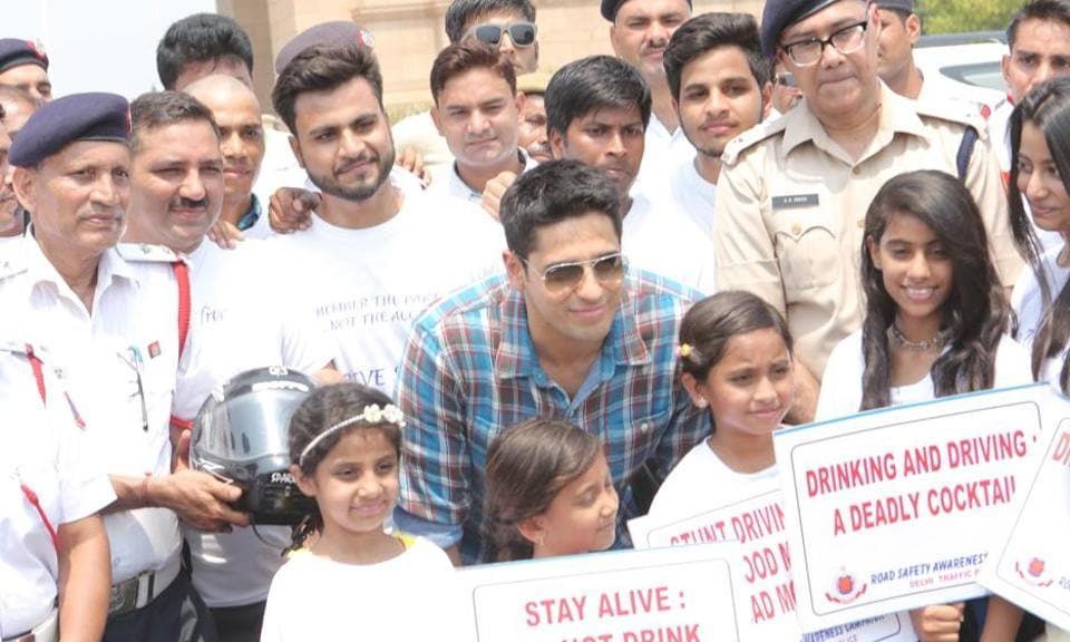 Actor Sidharth Malhotra withDelhi Traffic Police and school students at India Gate.
