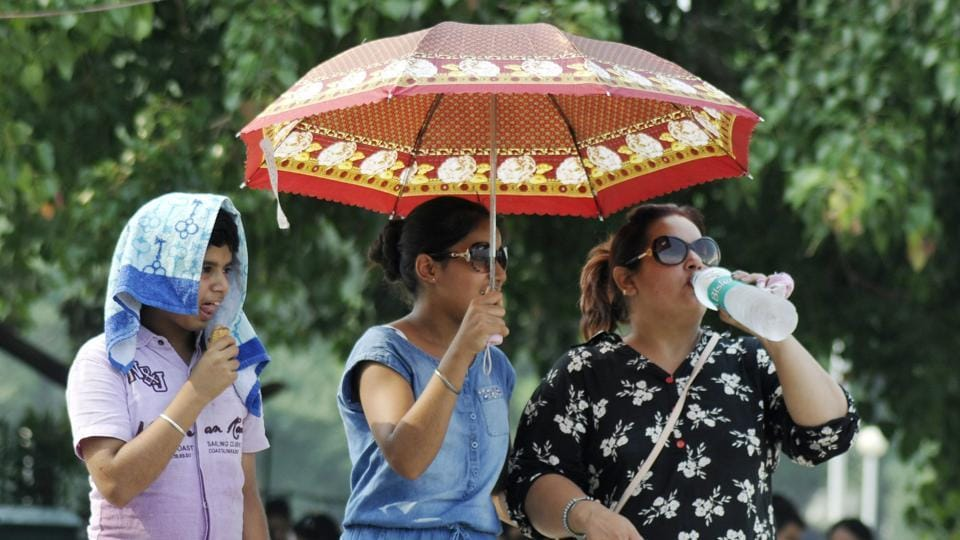 With humidity on the rise and Saturday 2°C warmer than Friday, it was time for umbrellas and water bottles to come out.