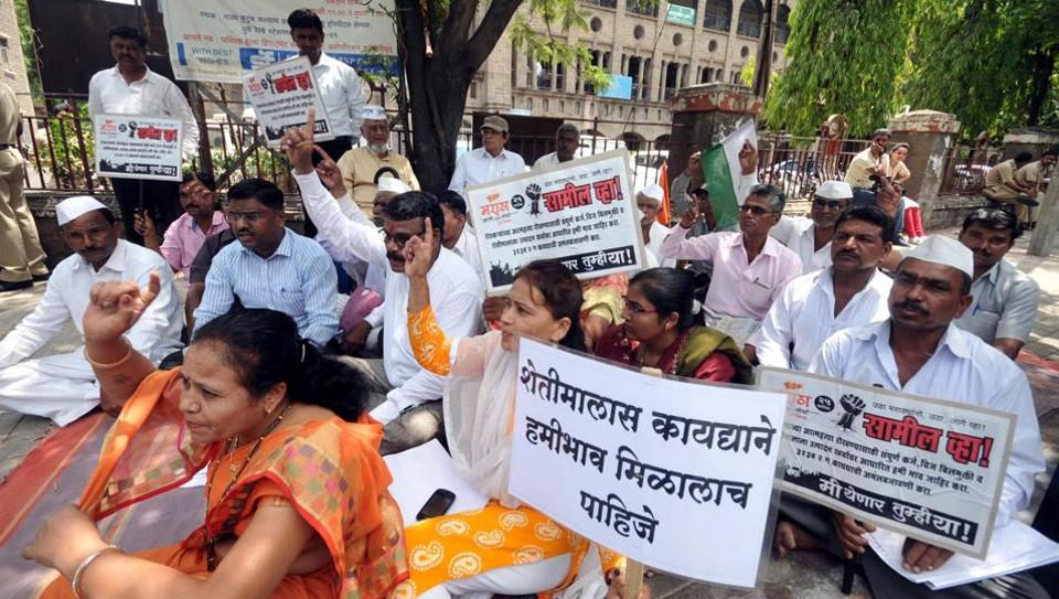 Activists protest for farmer loan waivers at Central building in Pune.