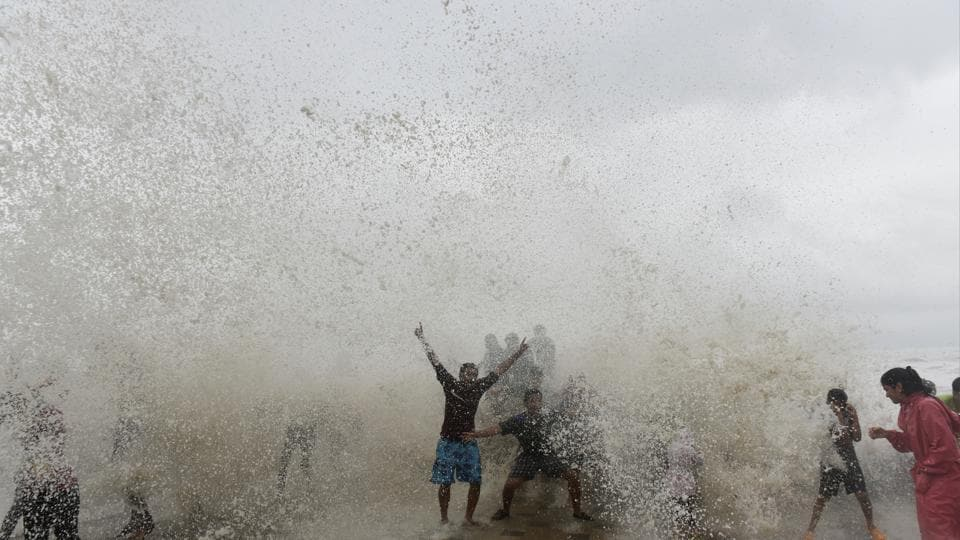 Mumbaiites flocked to the seaside to enjoy cool gusts of wind as temperatures dropped. (Anshuman Poyrekar/HT)