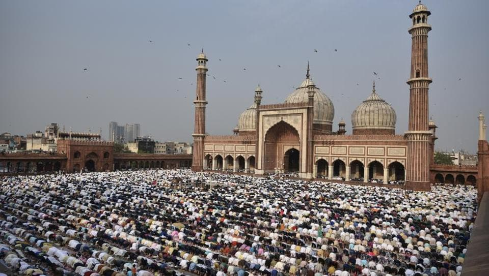 Thousands of Muslims thronged the Jama Masjid and other mosques on Eid-ul-Fitr on Monday, celebrating the festival with special prayers . (Sushil Kumar/HT PHOTO)