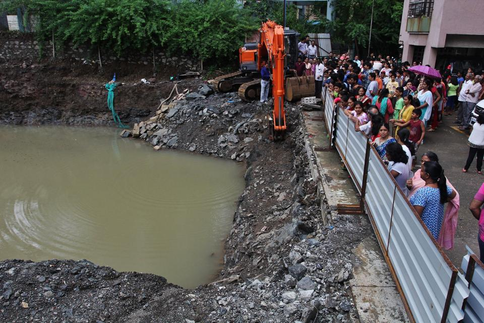 The pit in Thane which the boy fell into.