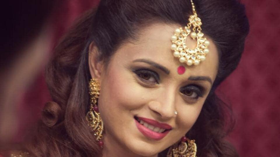 Parul Chauhan plays the role of Swarna Manish Goenka in Yeh Rishta Kya Kehlata Hai.