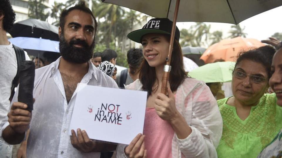 Bollywood actor Ranvir Shorey and actress Kalki Koechlin seen during the  protest at Carter Road in Bandra . (Satish Bate / HT Photo)