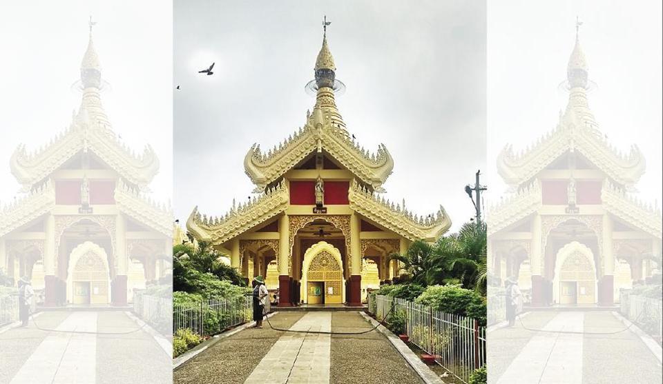 The Maha Wizaya Pagoda has a majestic Lord Buddha idol