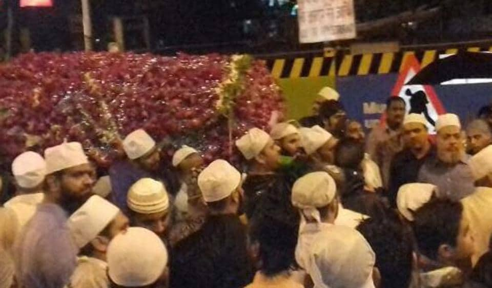The body being carried at Mumbai Central.