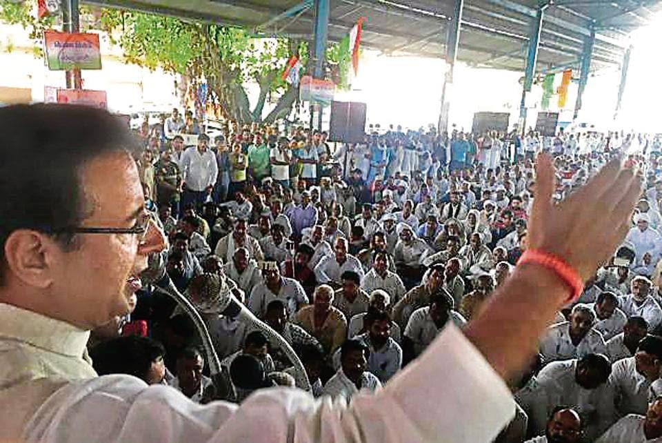 Congress leader Randeep Singh Surjewala addresses farmers at the protest at Anaj Mandi, Sohna, on Thursday