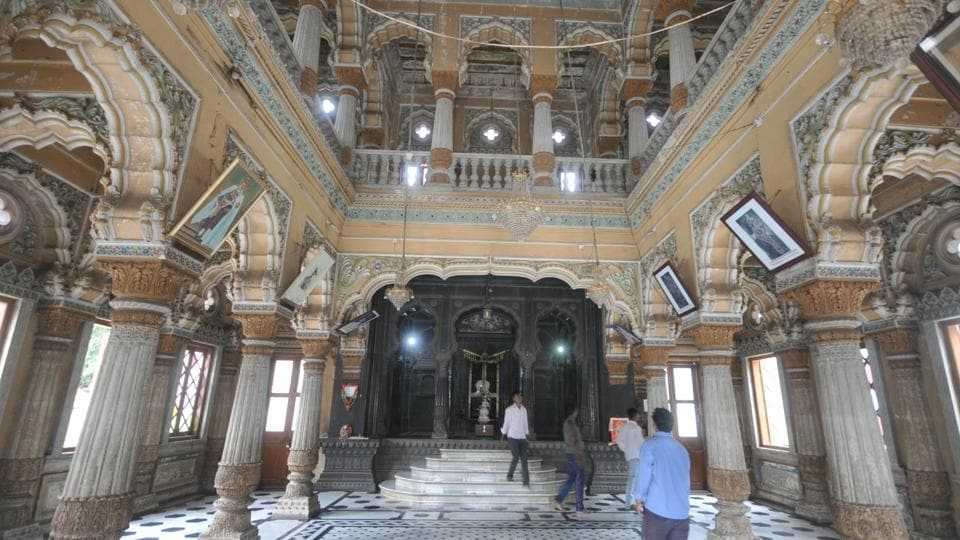 Madhavrao Scindia was responsible for building the complex and memorial of Mahadji Shinde. The Scindia family of Gwalior are descendants of Mahadji Shinde.