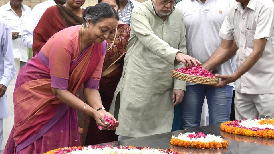 UPA presidential candidate Meira Kumar paid floral tributes to Father of the Nation Mahatma Gandhi at Rajghat before filing her nomination in New Delhi on June 28, 2017. (Arvind Yadav/HT Photo)