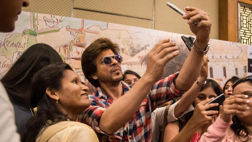 Shah Rukh Khan visited Ahmedabad to meet all the girls named Sejal, as part of the promotions for his film Jab Harry Met Sejal.