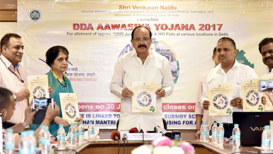 Union housing and urban poverty alleviation minister M Venkaiah Naidu (centre) at the launch of DDA Aawasiya Yojana.
