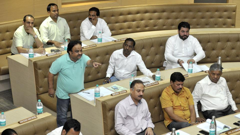 BJP councillor Satish Kainth makes a point during the monthly House meeting of the Chandigarh MC on Friday. Councillors, mayor questioned officials over going soft on some tax defaulters.