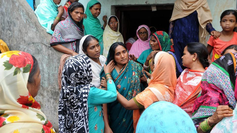 Mariyam Khatoon (C), widow of  Alimuddin  is surrounded by villagers demanding justice after Alimuddin was lynched by a mob for allegedly carrying beef in his van at Manuwa village in Ramgarh, Jharkhand. (Parwaz Khan / HT Photo)