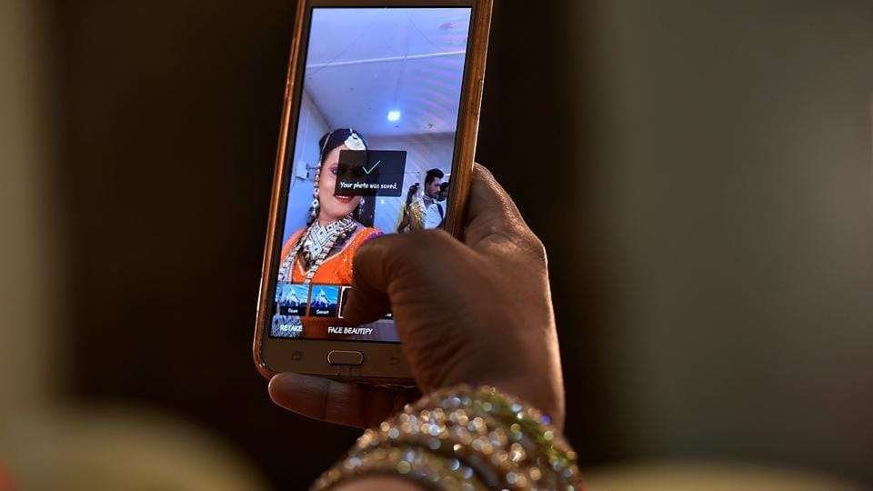 Pooja takes time out for a selfie before the show. (Anshuman Poyrekar/HT Photo)