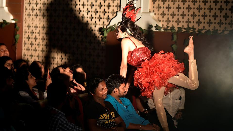 A performer interacts with the audience at Damodar Hall.  (Anshuman Poyrekar/HT Photo)