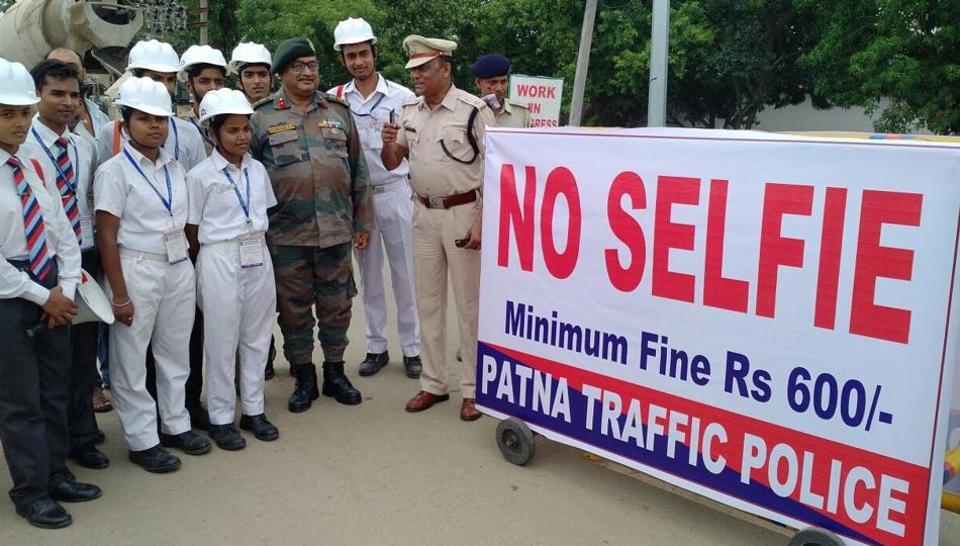 Traffic SP Prantosh Kumar Das discussing safety measures at the JP Setu, in Patna. (HT photo)