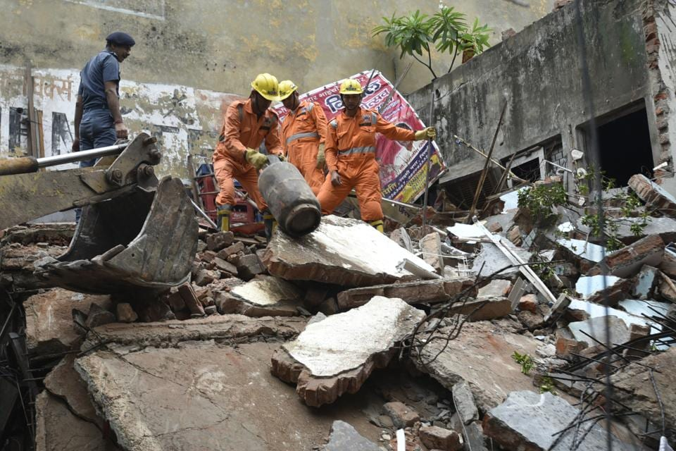 Civic officials,dangerous building,wall collapse