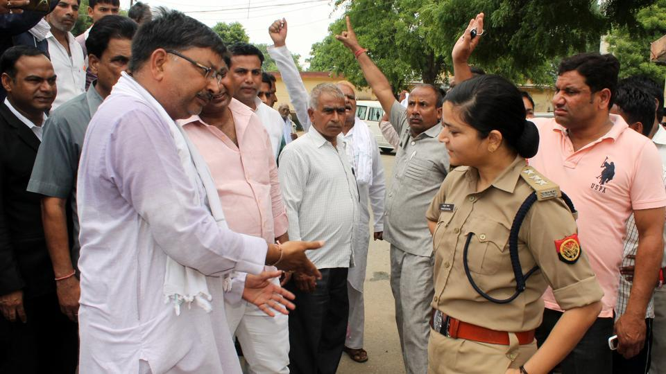 Police officer Shrestha Thakur stands her ground against BJPprotesters at the district court compound in Bulandshahr.