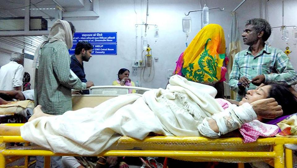 The emergency ward at New Delhi's Safdarjung Hospital has been receiving a large number of dengue cases.