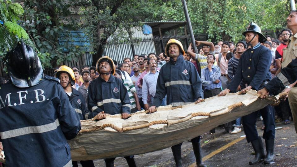 The fire brigade team gets ready for the rescue operation. (Mehek Agrawal/HT Photo)
