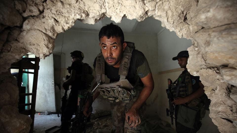 Iraqi Counter-Terrorism Service (CTS) advance inside a house in the Maidan district. (AFP)