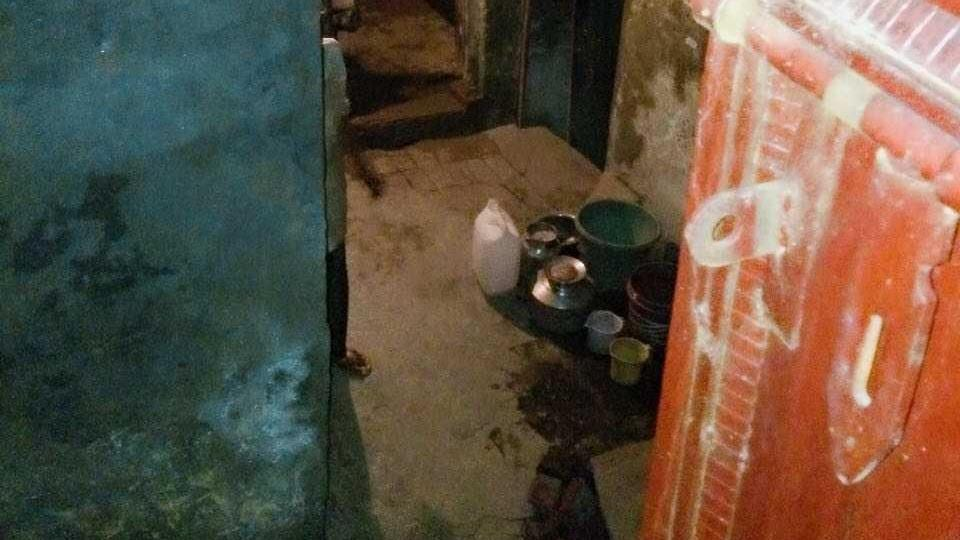 Delhi news,Man dead,Old man lives with decaying body