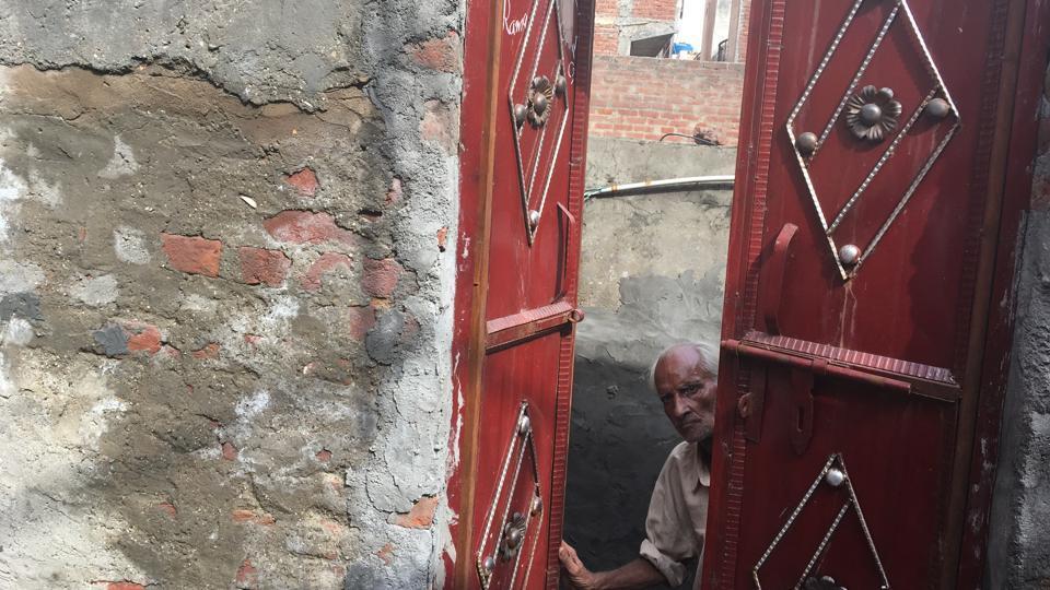 Man found dead,man with brother's body,karawal nagar