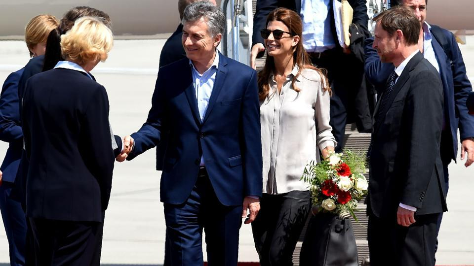 Argentina´s President Mauricio Macri (C-L) and wife Juliana Awada (C-R) arrive to attend the G20 meeting. (Patrik Stollarz / AFP)