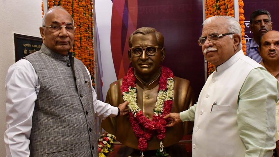 Haryana governor Kaptan Singh Solanki (left), and Chief minister Manohar Lal Khattar  unveiling the statue of RSS ideologue Pandit Deendayal Upadhayay in the Haryana Raj Bhawanon June 8.