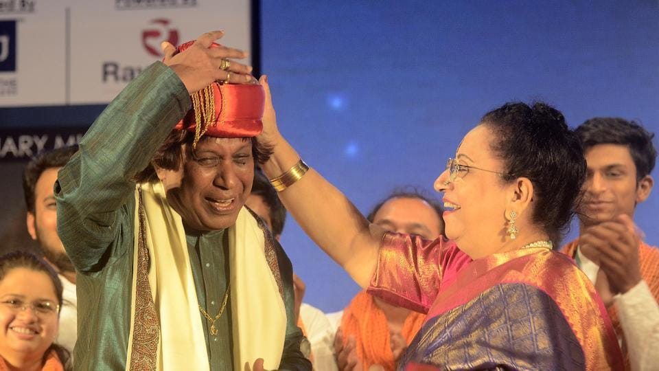 Pandit Atulkumar Upadhye being felicitated by Begum Parveen Sultana on his 60th birthday on day two of  'Swara Malhar'.  (Ravindra Joshi/HT PHOTO)