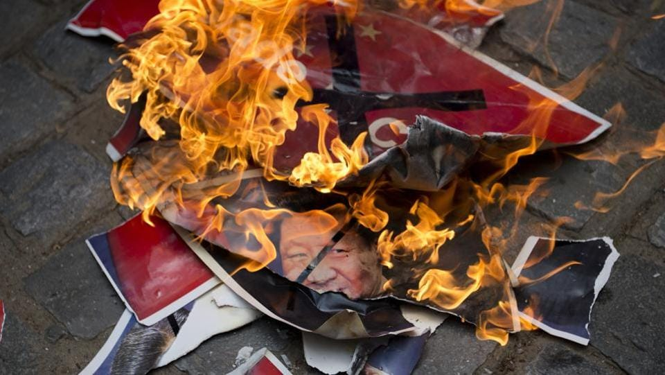 Activists of Swadeshi Jagaran Manch, a Hindu right wing organization promoting indigenous products, burn portraits of Chinese President Xi Jinping during a protest in New Delhi. (AP)