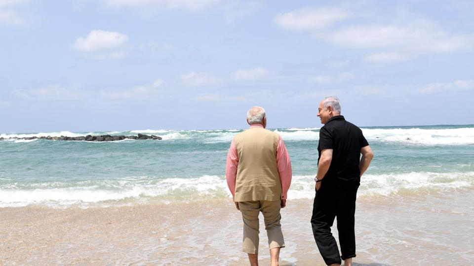 Israel's Prime Minister Benjamin Netanyahu (R) walks with India's Prime Minister Narendra Modi, as they visit Olga Beach and a water desalination unit operated by G.A.L. Water Technologies, near Hadera, Israel July 6, 2017.  (REUTERS)