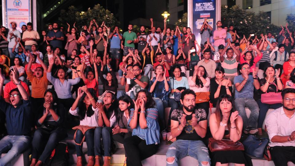 The audience cheers at the first session of KR Mangalam University presents Hindustan Times DLF CyberHub Friday Jam powered by Career Launcher.