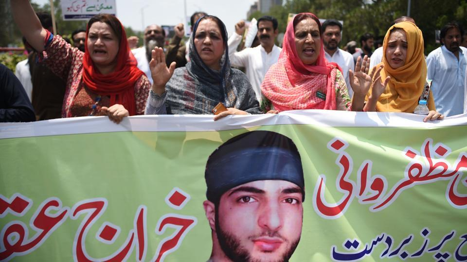 Pakistani Kashmiri women march to mark the death anniversary of popular rebel leader Burhan Wani, in Islamabad on July 8, 2017. / AFP PHOTO / FAROOQ NAEEM