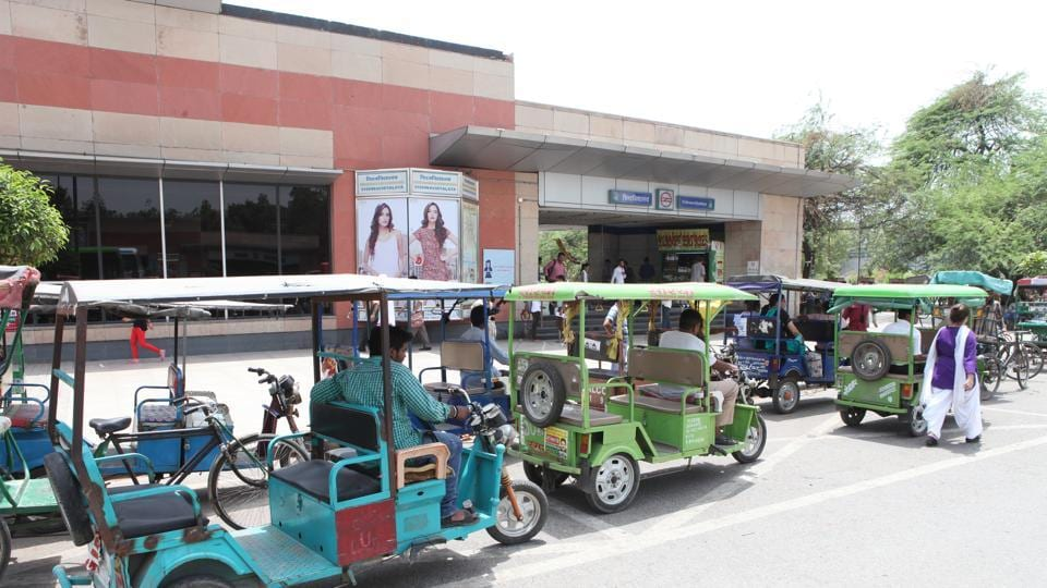 E-rickshaws outside Vishwavidyalaya Metro station. The DMRC plans to implement the service at all 129 stations in Delhi.