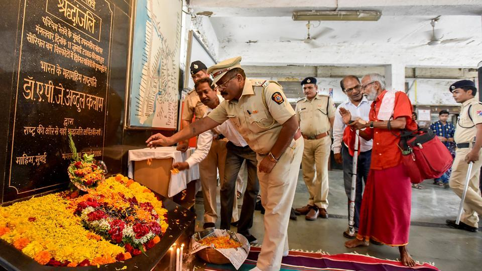 Police officers pay homage to blast victims. (Kunal Patil/HT Photo)