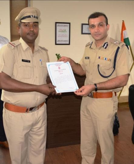 Gurgaon commissioner of police Sandeep Khirwar awarded a commendation certificate along with a cash reward of ₹3,000 to ASI Rajesh Kumar catching a mobile phone snatcher.