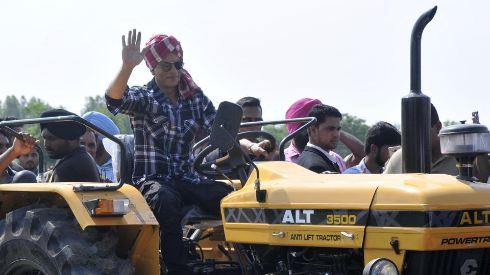 Bollywood actor Shah Rukh Khan drove a tractor on a track in the fields while promoting a song from the movie 'Jab Harry Met Sejal', which was partly shot in Punjab. (Gurminder Singh/HT Photo)