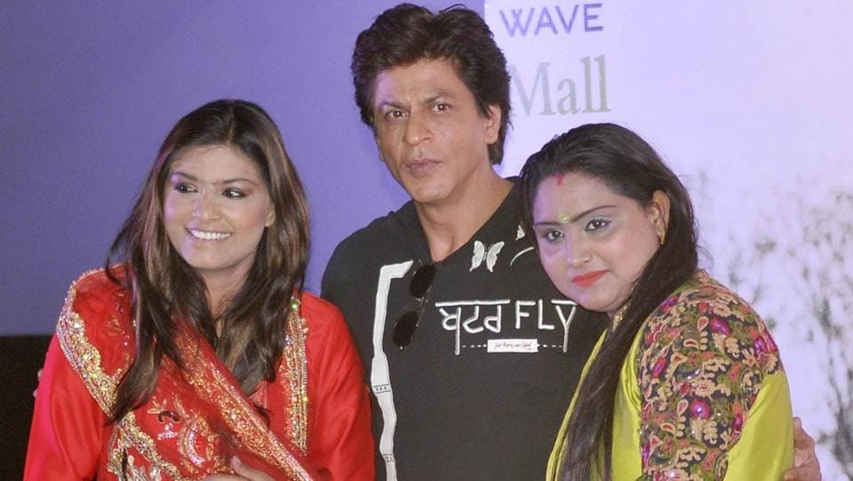 Bollywood actor Shah Rukh Khan posing with singers 'Nooran sisters' during the promotion of his upcoming movie 'Jab Harry Met Sejal' in Ludhiana on Thursday. Nooran sisters have recorded a song for the movie. (Gurminder Singh/HT Photo)