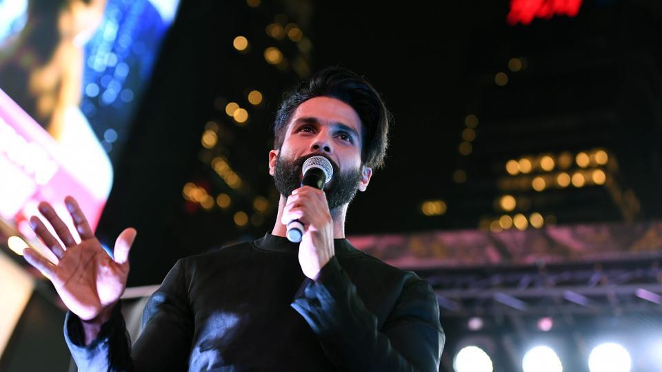 Bollywood actor Shahid Kapoor speaks to fans during IIFA Stomp in the Times Square on July 13, 2017 to kick off the 18th International Indian Film Academy (IIFA) Festival in New York. / AFP PHOTO / ANGELA WEISS (AFP)
