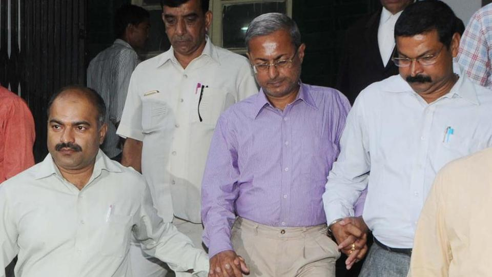 Principal income-tax commissioner Tapas Dutta (in purple shirt) being taken to special CBIcourt in Ranchi