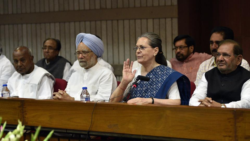 Former prime ministers HD Devegowda and Manmohan Singh, Congress President Sonia Gandhi, JD(U) leader Sharad Yadav and others at a meeting to deliberate on the name of the joint candidate for the Vice President in New Delhi. (Mohd Zakir/HT PHOTO)