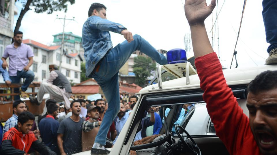 Aggressive mob damages the police vehicles during chakka jam and demanding CBI investigation in 16 year old girl rape and murder case at Theog in Shimla district, Shimla. (Deepak Sansta / HT Photo)