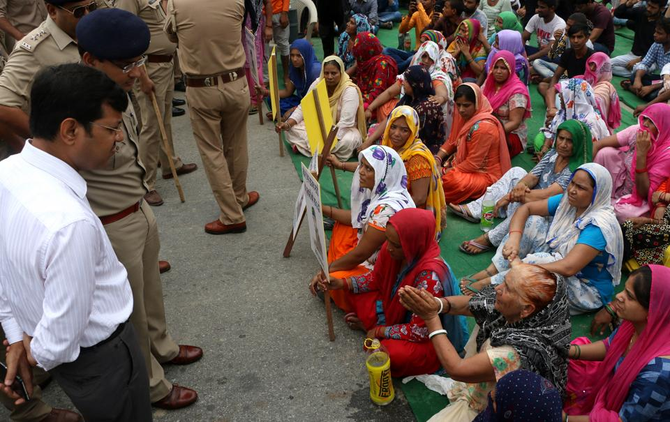 Relatives of the deceased gym trainer Sajan Bhati caused a roadblock at Salarpur area in Noida on Monday morning.