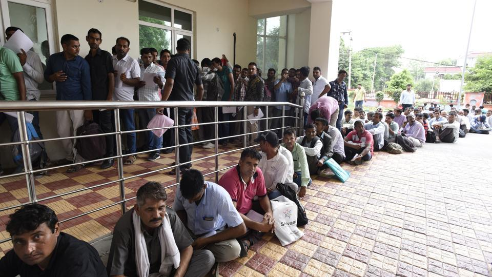 A large number of ex-servicement and those who have served in Haryana State Industrial Force submitted applications on Monday for the post of SPOs.