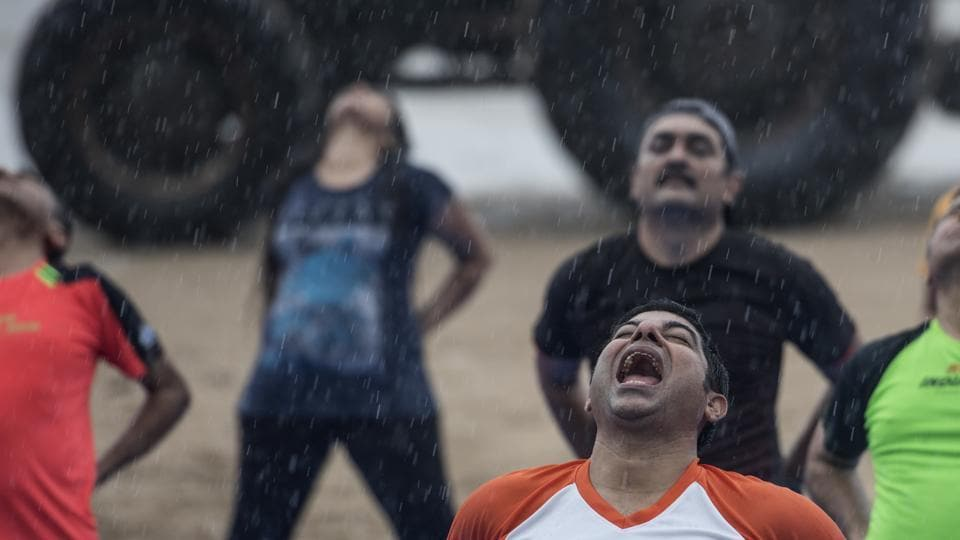 The rain too can't stop participants from preparing for the Hindustan Times monsoon marathon at Juhu . (Satish Bate/HT Photo)